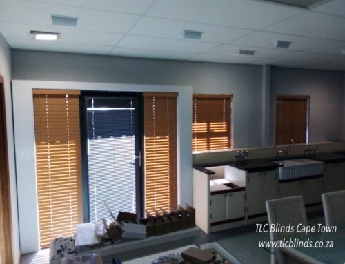 Adjust the light with 50mm bamboo venetian blinds